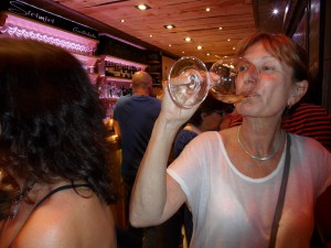 Helena dricker txakoli på SiriMiri.