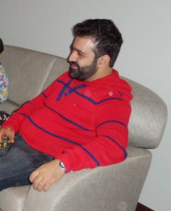 Omid Mokhtari i soffan hos Donostia.